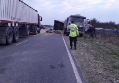Camión transportaba soja de Villa Minetti a Ceres y volcó el acoplado en Logroño